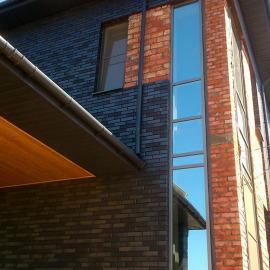 Коттедж - Алюминиевая фасадная система. Внешняя окраска профиля. Окна ПВХ Rehau. Цветные стеклопакеты.
