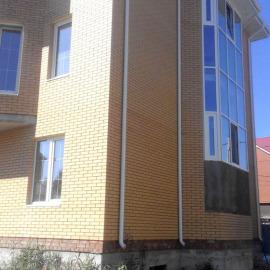 Коттедж - Алюминиевая фасадная система. Окна ПВХ Rehau. Цветные стеклопакеты с декоративной раскладкой.